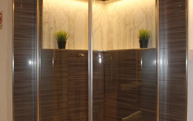 Dusche mit dekorativen Fach