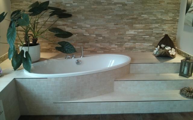 Geräumiges Bad mit Fliesenstufen