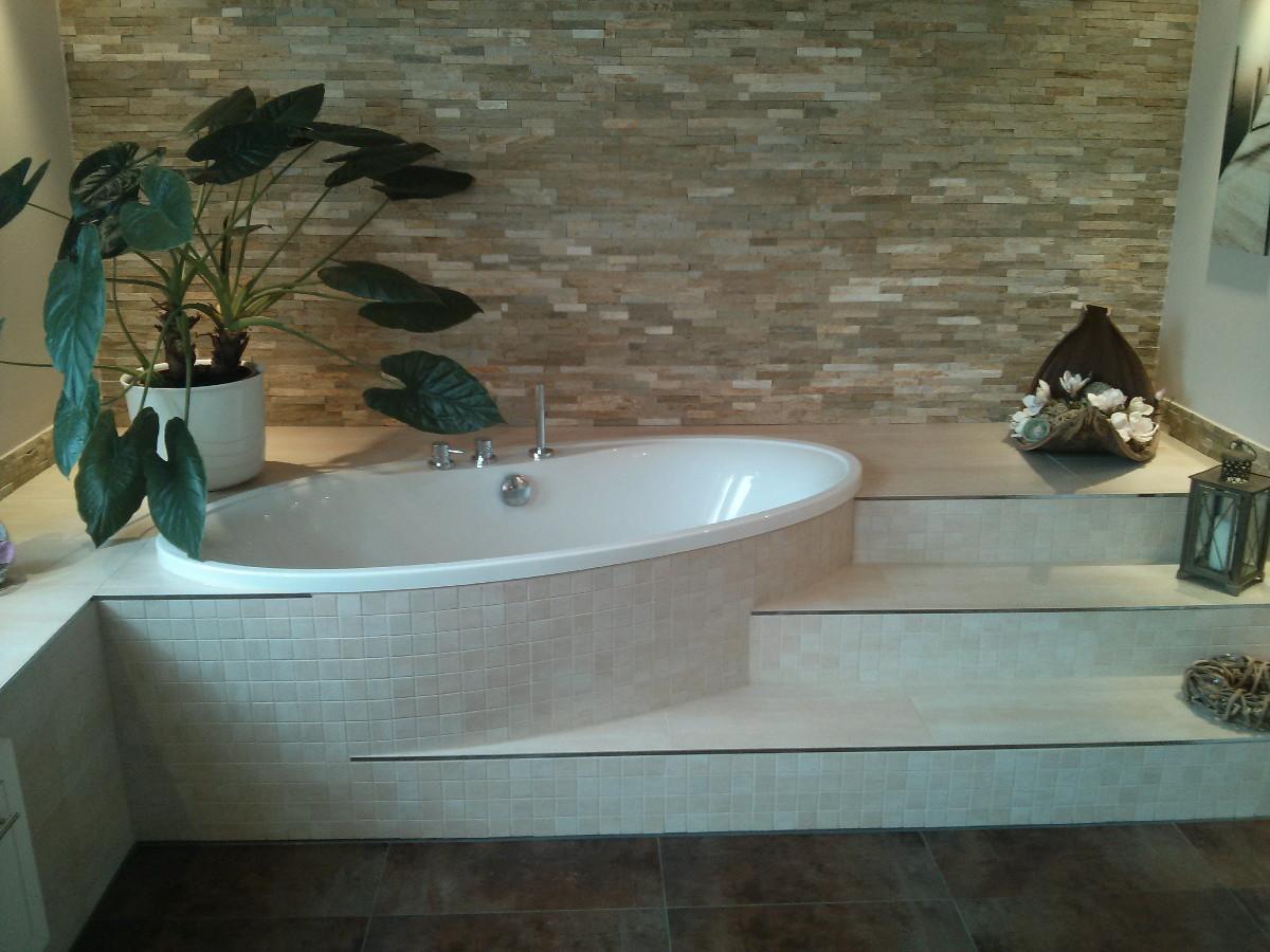 Geräumiges Bad mit Fliesenstufen – Fliesenleger Robert Müller