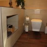 WC mit Fliesenfach