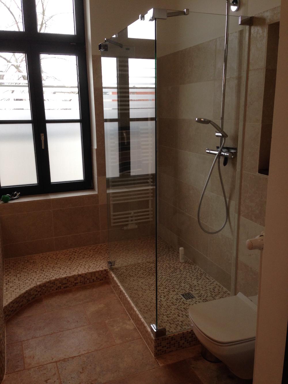 Und Dusche. Fliesen Treppe Zur Wanne