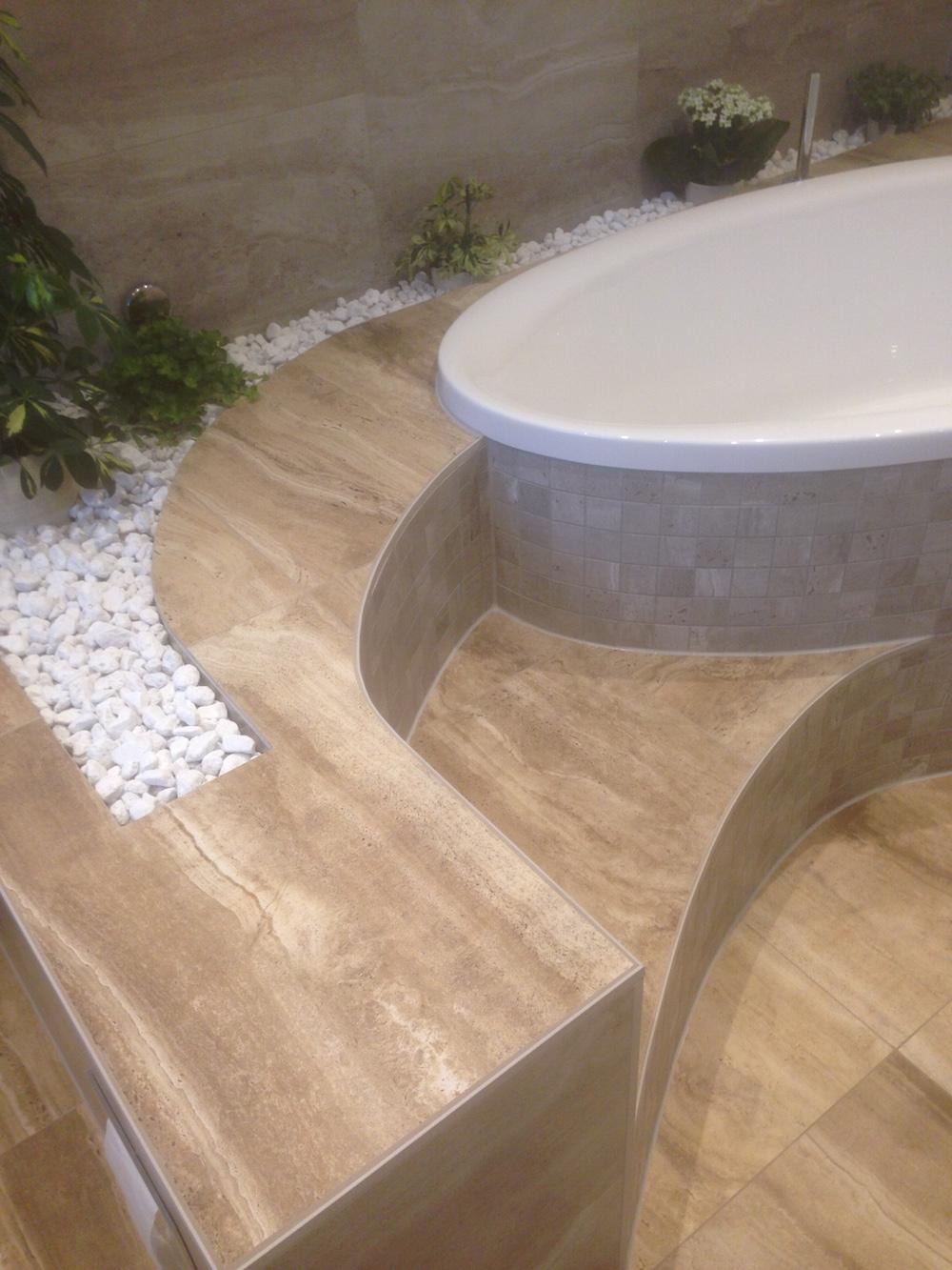 2017 bad mit eingefliester badewanne und stufen. Black Bedroom Furniture Sets. Home Design Ideas