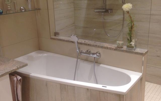 2017: Helles & modernes Badezimmer mit Dusche hinter der Badewanne