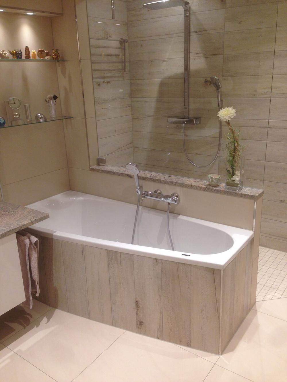2017 Helles Modernes Badezimmer Mit Dusche Hinter Der Badewanne
